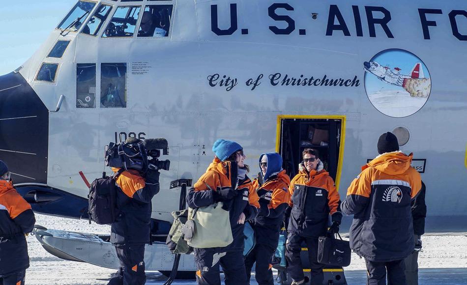 Die TEDx Redner Claudia Batten und Dave Goodison atmen zum ersten Mal antarktische Luft nachdem sie mit der LC-130 der amerikanischen Luftwaffe auf dem Eis des Williams Flugfeld angekommen sind.