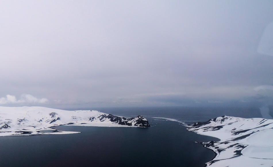 Das heutige Deception ist der Rest eines alten Vulkans. Es ist einer der wenigen Plätze weltweit, an denen Leute in das Innere einer Caldera fahren können. Scheinbar friedlich, ist der Vulkan jedoch nur ruhend und Forscher erwarten bald einen Ausbruch. Bild: Michael Wenger