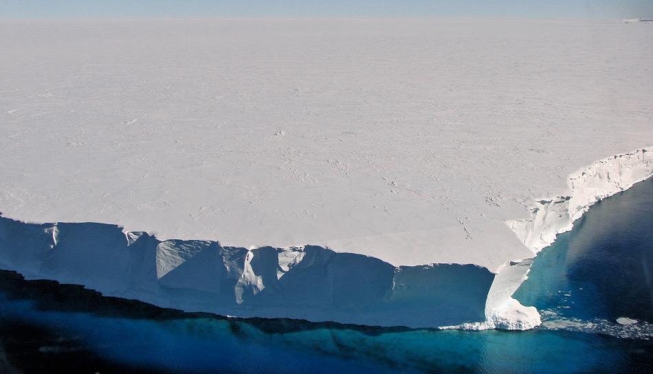 Der Mertz-Gletscher und seine Gletscherzunge liegen im australischen Sektor Antarktikas. Der Gletscher selbst ist rund 40 km breit und über 70 km lang. Seine Zunge ragte noch weitere 100 km ins Südpolarmeer hinaus. Sie brach 2010 teilweise ab, als ein riesiger Eisberg mit ihr kollidierte. Bild: Jacques Verron