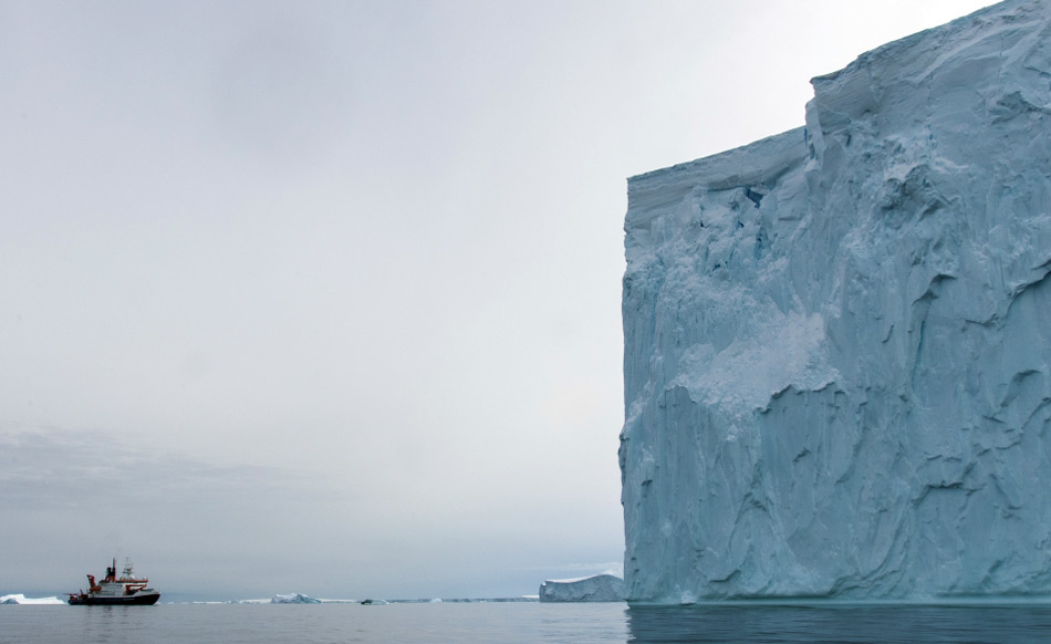 Die massiven Klötze aus Eis werden aufgrund ihrer Grösse häufig von unterseeischen Hindernissen aufgehalten und schmelzen langsam von allen Seiten. Dann brechen sie auseinander und driften meist weiter. Bild: Tomas Ronge