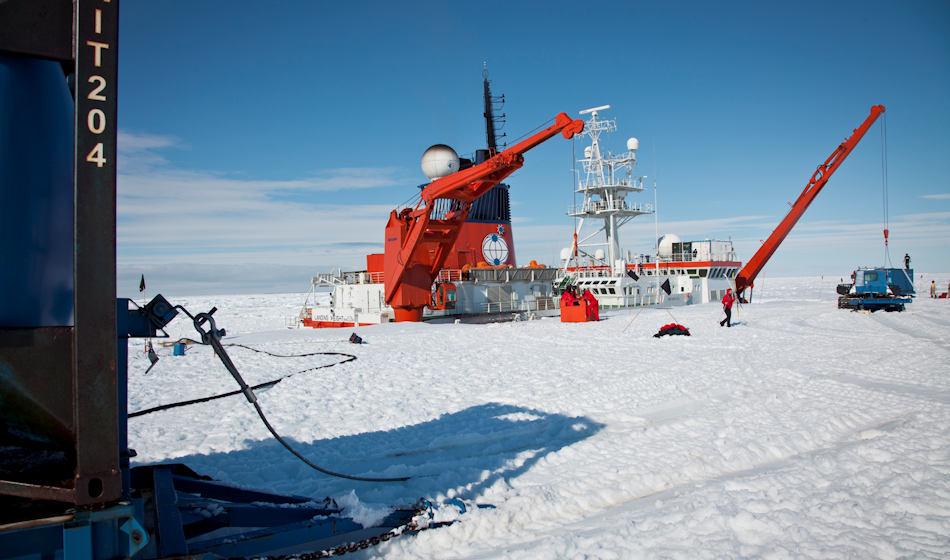 Die Polarstern des Alfred-Wegener-Instituts (AWI) ist das Arbeitspferd in der Polarforschung. Seine Aufgaben in der diesjährigen Antarktis-Saison beinhaltet u.a. auch Versorgung der deutschen Forschungsstation Neumayer III. Bild: Thomas Steuer