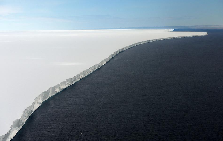 Das Rosseisschelf ist das grösste Eisschelf Antarktikas. Wie eine Wand aus Eis ragt es aus dem Meer und steht zwischen Schiffen und dem antarktischen Kontinenten. Genährt wird es von Gletschern aus dem Innern des Kontinents. Bild : Michael Wenger