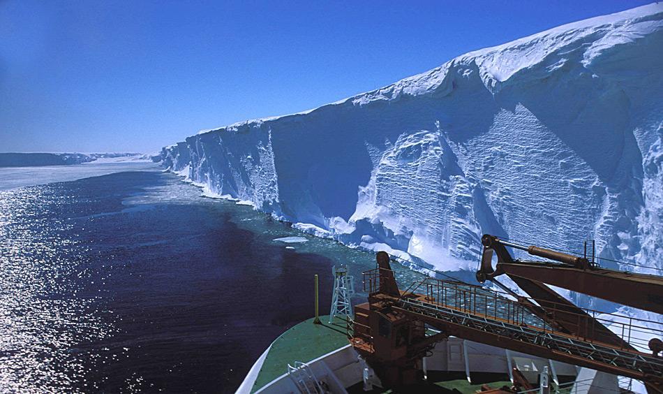 Das Rosseisschelf ist das grösste seiner Art weltweit. Gebildet wird es durch den Zusammenfluss vieler Gletscher, die ihre Eismengen ins Rossmeer ergiessen.