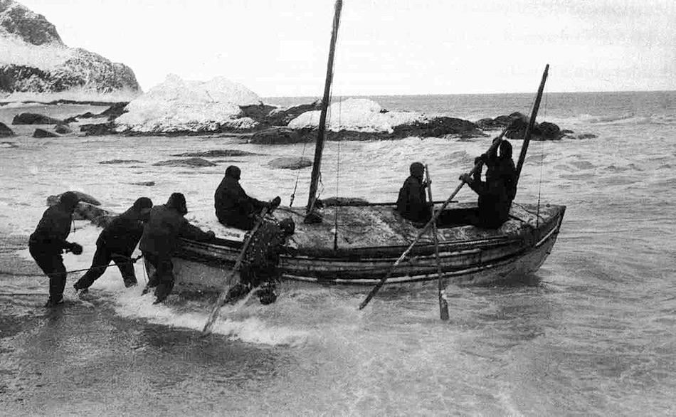Da die Chancen einer zufälligen Rettung sehr gering waren, entschloss sich Shackleton gemeinsam mit dem Kapitän der «Endurance», Frank Worsley, und vier weiteren Leuten mit der «James Caird», nach dem circa 1500 km entfernten Südgeorgien zu segeln.