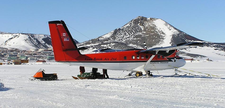 Eine Twin Otter der Ken Borek Air auf dem Eis vor der amerikanischen Forschungsstation McMurdo.