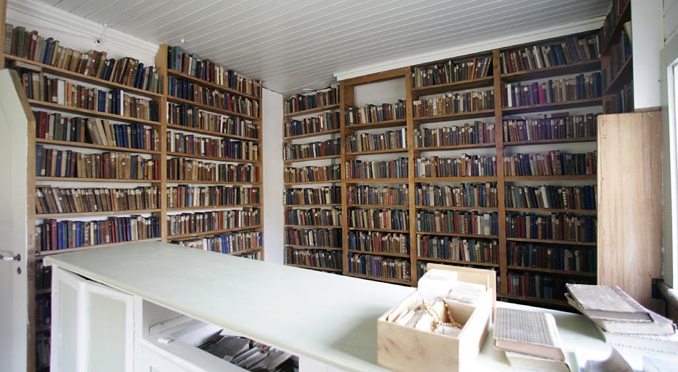 In der Kirche integriert ist eine grosse Bibliothek mit Büchern aus früherer Zeit.