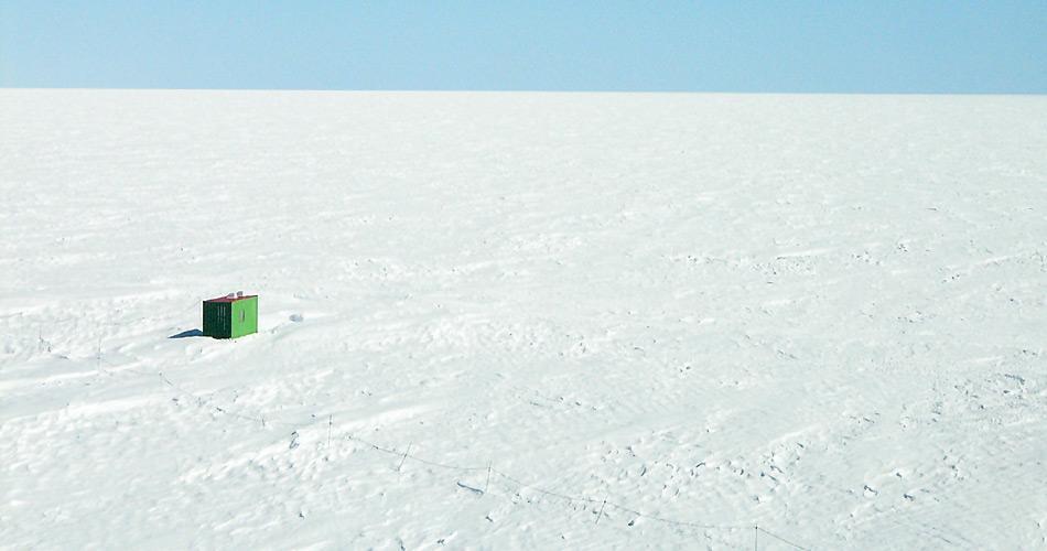 Ein Ort der Kultur auf dem weissen Kontinent. Als Lutz Fritsch die «Bibliothek im Eis» im Jahr 2004 einweihte, lag die damalige Forschungsstation «Neumayer-Station II» noch unter dem Eis. Bild: Lutz Fritsch
