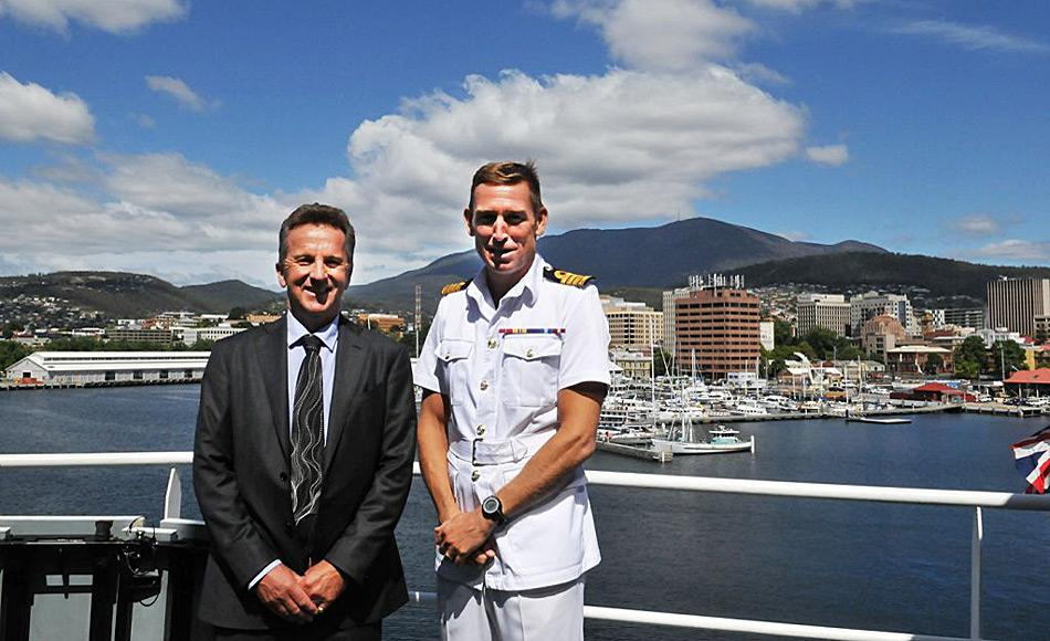 Dr. Nick Gales, Direktor der Australian Antarctic Division, begrüsst den kommandierende Offizier und Kapitän der HMS Protector Rory Bryan in Hobart. Foto: AAD