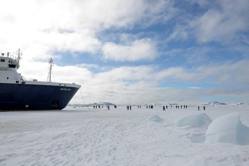 Reisen in die Antarktis werden meisten mit eisgängigen Schiffen durchgeführt. Diese erlauben Fahrten durch das Packeis und manchmal sogar Spaziergänge auf dem Eis. Bild: Michael Wenger