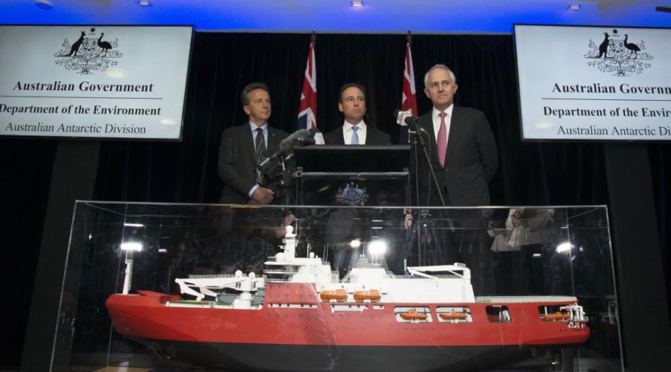 L-R: Antarctic Division Director Dr. Nick Gales, Umweltminister Greg Hunt und Premierminister Malcolm Turnbull mit dem Modell des neuen australischen Eisbrechers. (Foto: Jenni Klaus)