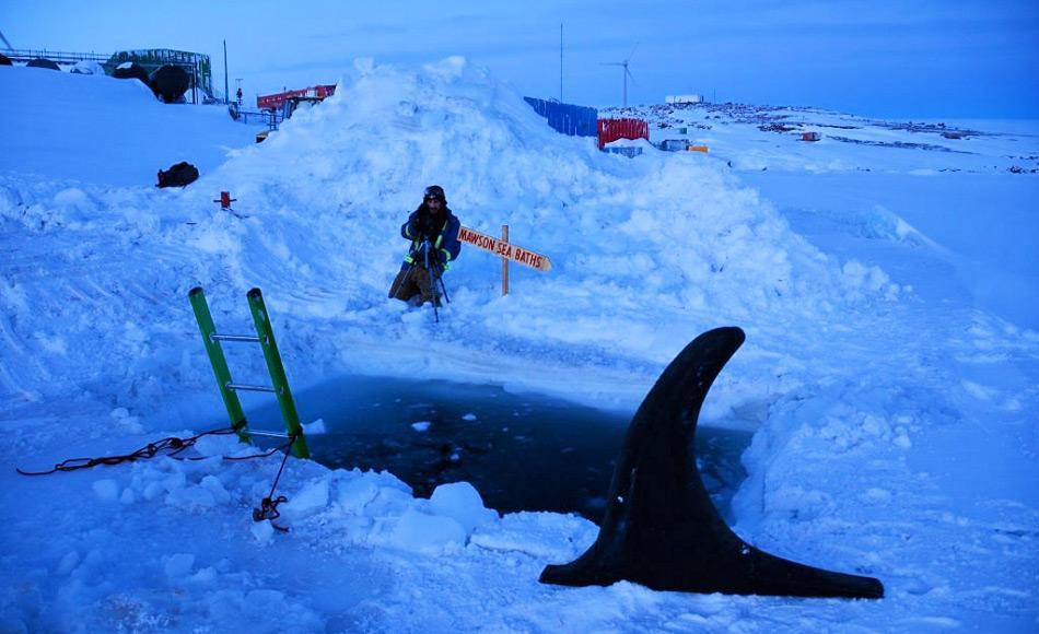 Der Pool für das Wintersonnenwendebad wird mit Baggern, Kettensägen und dann von Hand gegraben. Die furchtlosen Schwimmer werden mit Leinen gesichert, wenn sie im Zwielicht des antarktischen Tages ins Wasser springen. Bild: Jenny Wressell