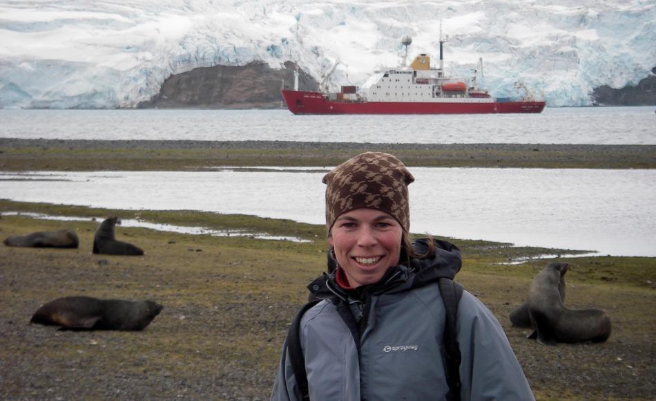 Dr. Jan Strugnell, Leiterin des Wikibomb-Projektes bei der argentinischen Station Carlini und der James Clark Ross im Hintergrund. Photo: Ira Cooke