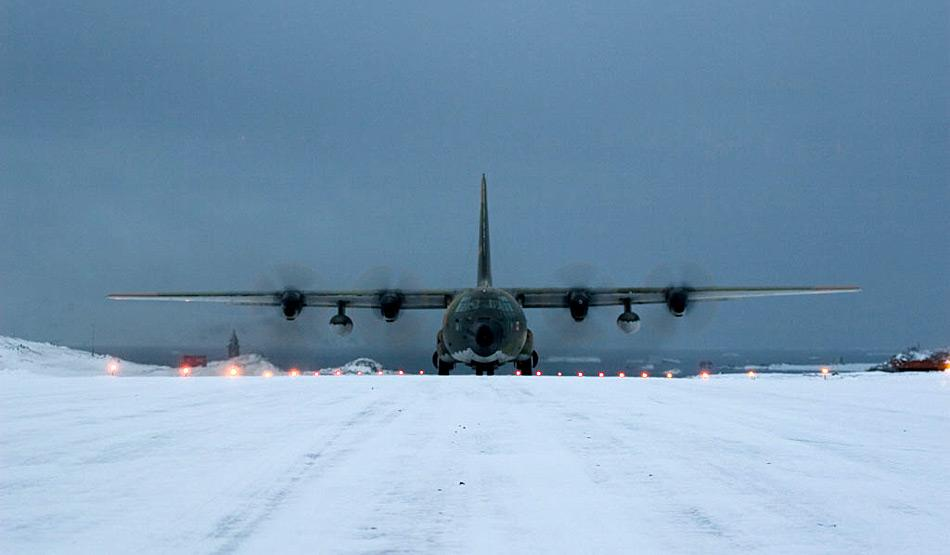 Ein C-130 Hercules Flugzeuge bei der Landung auf King George Island.