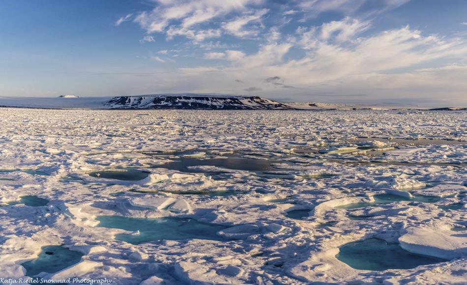 In einer sich erwärmenden Arktis verändert der Schnee seine optischen Eigenschaften und lässt mehr Licht zur Eisunterseite durchdringen, was zu verbesserten Wachstumsbedingungen für Eisalgen führt. (Bildnachweis: Katja Riedel)