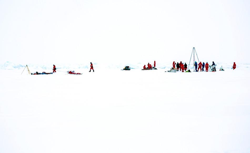 Mehrere Gruppen von Forschern entnahmen immer verschiedenste Proben und waren dadurch auf dem Eis versammelt. Solche Probenentnahmen bilden eine willkommene Abwechslung zu den Labortagen. Bild: Stefan Hendricks