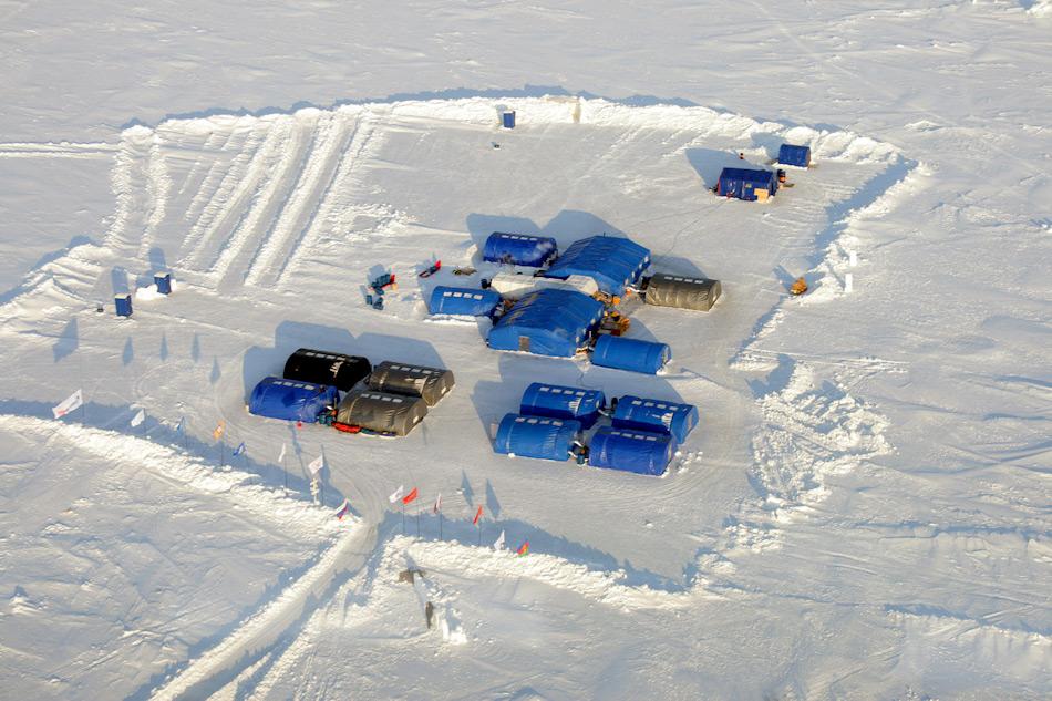 Das privat finanzierte und betriebene Camp Barneowird jedes Jahr rund 100 km vom Nordpol entfernt aufgebaut. Von diesem Camp aus starten Touristen und auch Wissenschaftler zu Expeditionen in Richtung Pol. Bild: Heiner Kubny