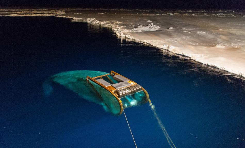 Das SUIT-Netz im Einsatz. Das Netz kann unter dem Meereis abtauchen und dort nach Organismen fischen. Foto: AWI, Bremerhaven