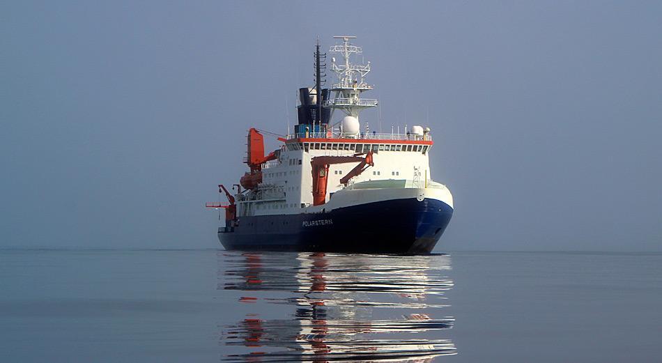 Das deutsche Forschungsschiff Polarstern bei einer Expedition in die Framstrasse - hier bei Windstille. Foto: Sebastian Menze, AWI