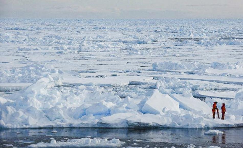 Wissenschaftler nehmen arktische Meereisproben in der Nähe von Spitzbergen. Die Untersuchung dieser Proben gestattet ihnen, die Faktoren, die die Entwicklung des Meereises beeinflussen, besser zu verstehen und damit letztendlich die Klimamodelle zu verbessern. Bild: Dirk Notz