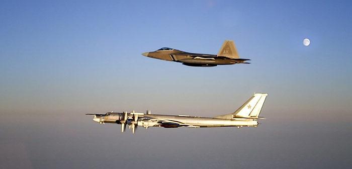 Spionage auch aus der Luft: Amerikanische F-22 beim Abfangen einer russischen Tupolew Tu-95 vor der Küste Alaskas.