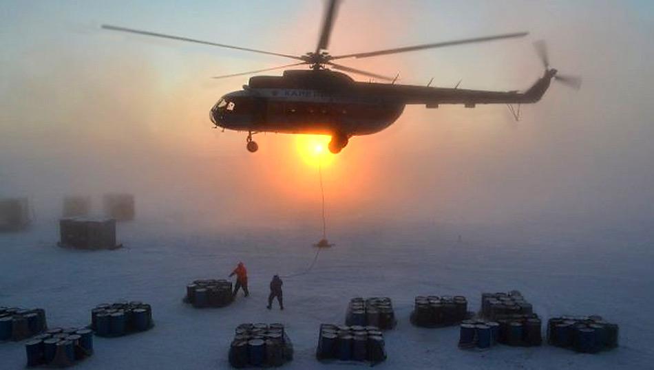 MI 8 Helikopter beim Transportiren von Treibstoff