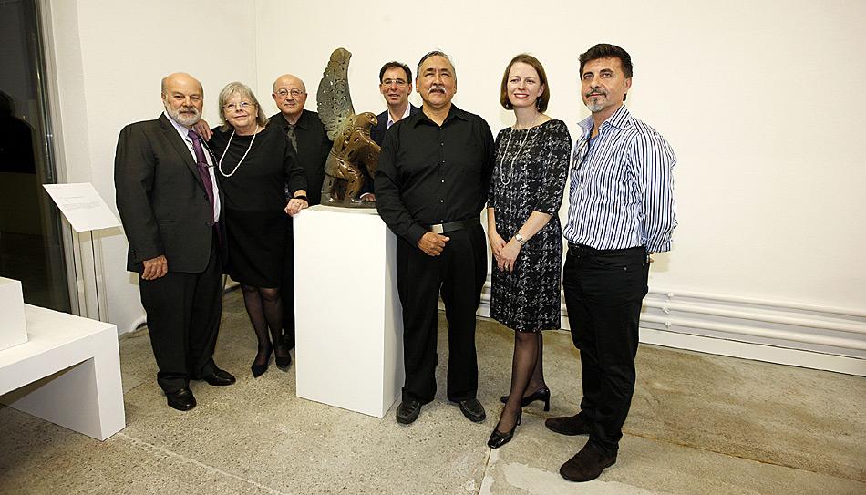 Prominente Gäste bei der Eröffnung in der Gallery v.l.n.r. Rocco Pannese von Toronto, Martha Cerny, Peter Cerny, Lou Ruffolo von Toronto, Künstler Abraham Anghik Ruben, Jennifer MacIntyre - Kanadische Botschafterin, Lou Santaguida von Toronto.