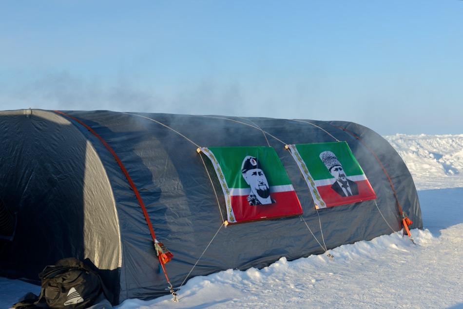 Obwohl das Camp Barneo von Touristen für ihre Expeditionen zum Nordpol verwendet wird, hat das Lager mehrere Zwecke wie beispielsweise Wissenschaft, hat aber auch einen strategischen Hintergrund für viele Länder, die mit Russland verbündet sind, darunter auch Tschetschenien. Bild: Michael Wenger