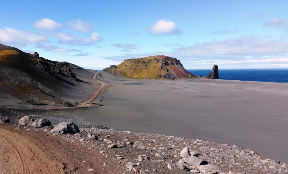 Die Insel Jan Mayen liegt zwischen Island und Svalbard. Sie wird häufig von Kreuzfahrtschiffen auf deren Weg von und nach Island gekreuzt und ist sehr abgelegen. Bild: Ilja Leo Lang