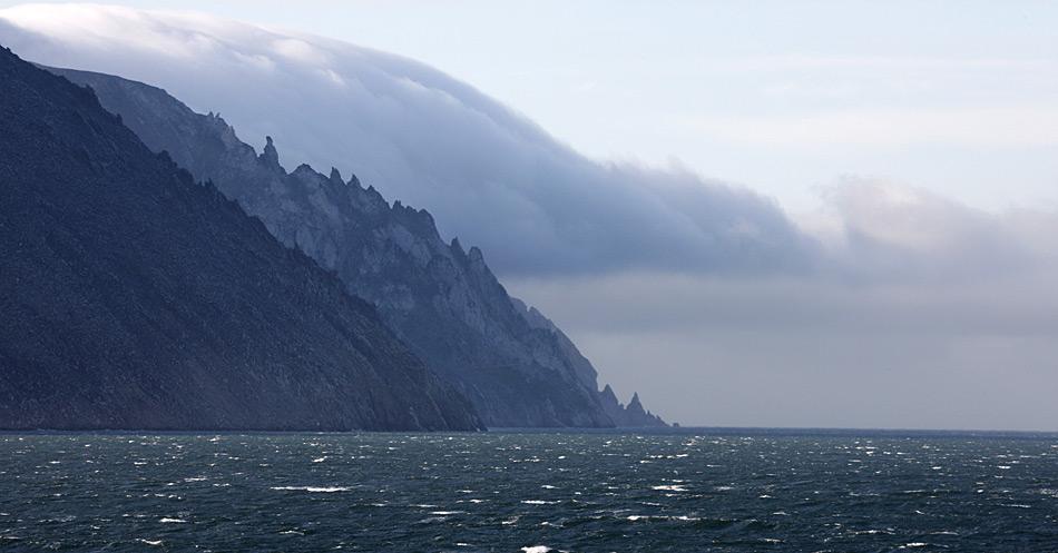 Die wilde Steilküste von Russland stellt eines der geographischen Probleme dar und macht den Bau einer Brücke oder eines Tunnels beinahe unmöglich.