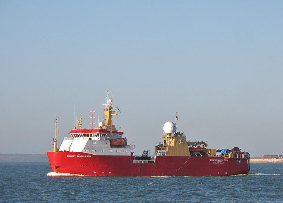 Das Forschungsschiff RRS Ernest Shackleton wird von der British Antarctic Survey (BAS) betrieben und versorgt normalerweise die Stationen in der Arktis während des Südsommers. Sie hat Eisbrecher-fähigkeiten und hat auch Hubschrauber an Bord. Die Reederei Crystal Cruises hat das Schiff explizit für diese eine Fahrt gechartert. Bild: Brian Burnell, www.wikipedia.com